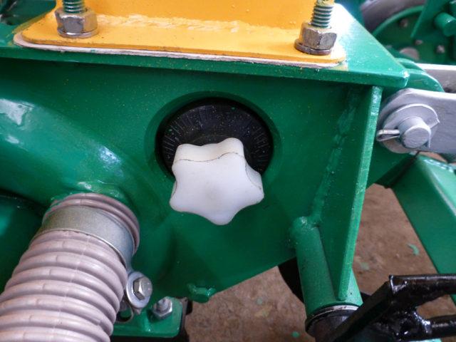 Регулятор сбрасывателя лишних семян. Сеялка пропашная точного высева МС-8. ПАО «Миллеровосельмаш».